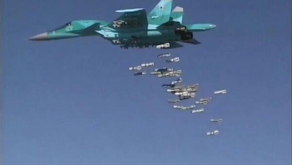 Бомбардировщик Су-34 ВКС РФ во время нанесения бомбовых авиаударов по объектам ИГ в Сирии. Архивное фото