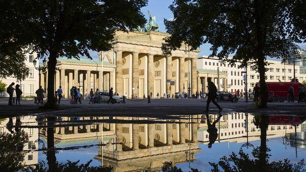 Вид на Бранденбургские ворота в Берлине после дождя. Архивное фото