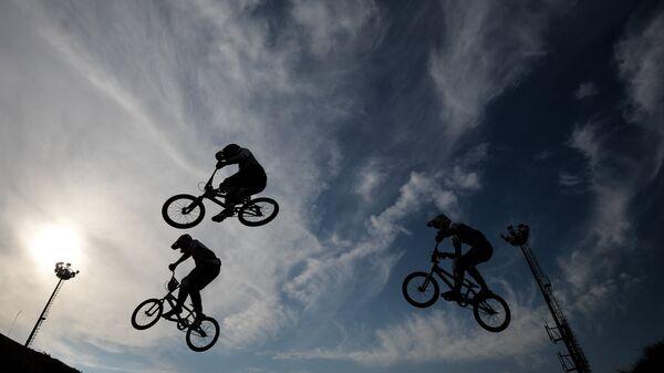Спортсмены во время заезда BMX