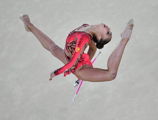 Маргарита Мамун (Россия) выполняет упражнения с булавами в индивидуальном многоборье по художественной гимнастике на XXXI летних Олимпийских играх