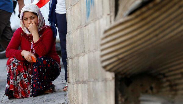 Женщина на месте взрыва в турецком городе Газиантеп. 21 августа 2016