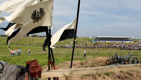 Зрители во время военно-исторического фестиваля Гумбинненское сражение у поселка Лермонтово в Калининградской области