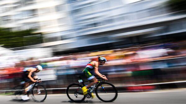 Генри Шуман (Израиль) в велогонке на соревнованиях мужского триатлона на XXXI летних Олимпийских играх