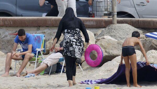 Женщина в буркини на пляже в Марселе, Франция. 17 августа 2016