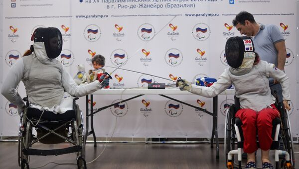 Члены сборной России по фехтованию на колясках Ксения Овсянникова и Анна Петухова на пресс-конференции, посвященной Паралимпиаде в Рио-де-Жанейро