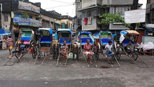 Рикши на дороге в Калькутте, Индия. Август 2016