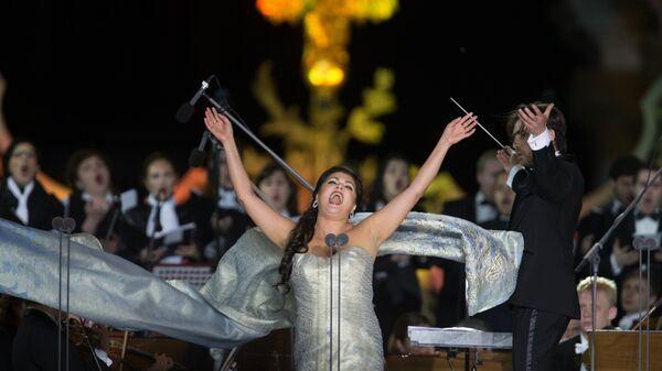 Оперная певица Анна Нетребко выступает на гала-концерте Классика на Дворцовой в Санкт-Петербурге