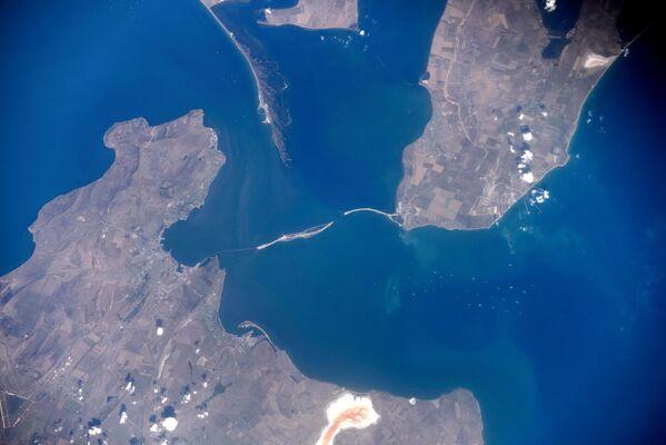 Космический снимок зоны строительства моста через Керченский пролив от космонавта Олега Скрипочки