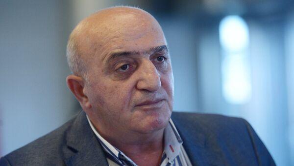 Адвокат задержанного в Ереване, но позже отпущенного судом, гражданина РФ Сергея Миронова Карен Нерсесян в московском аэропорту Внуково