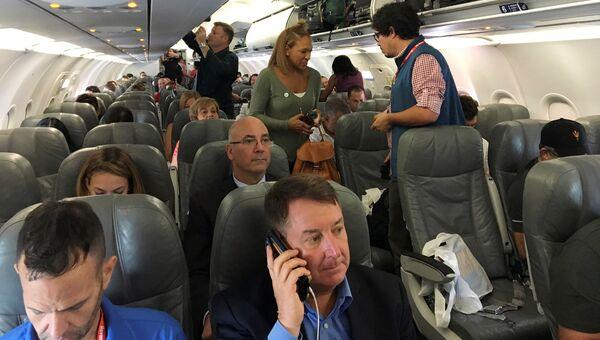 Пассажиры садятся на самолет JetBlue, выполняющий первый за полвека регулярный коммерческий рейс из США на Кубу
