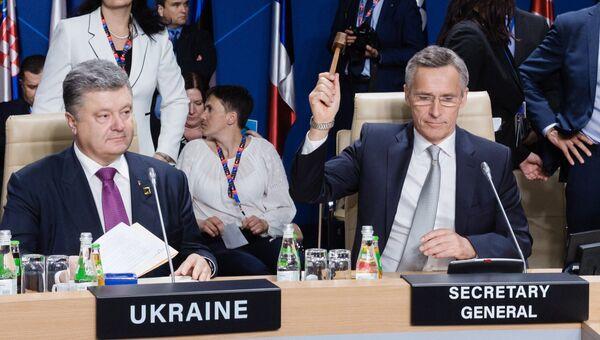 Президент Украины Петр Порошенко (слева) и генеральный секретарь НАТО Йенс Столтенберг
