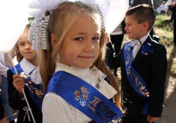 Первоклассники на праздничной линейке в школе № 14 города Донецка в День знаний