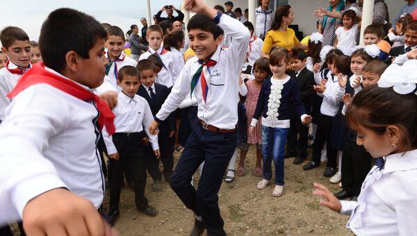 Ученики школы селения Верхний Джалган Дербентского района Дагестана на праздничной линейке в День знаний