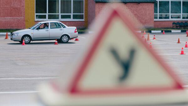 Сотрудник ГИБДД УМВД России во время демонстрации сдачи практического экзамена по вождению. Архивное фото