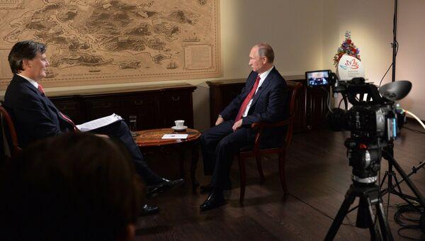 Владимир Путин во время интервью информационному агентству Блумберг во Владивостоке. 2 сентября 2016