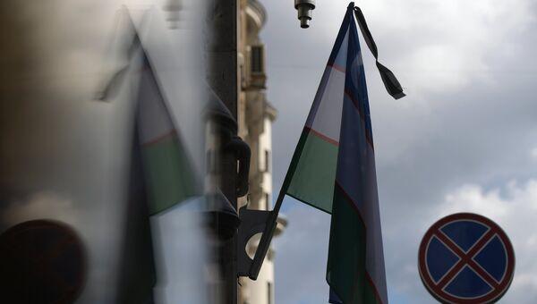 Государственный флаг Республики Узбекистан с траурной лентой на посольстве Узбекистана в Москве