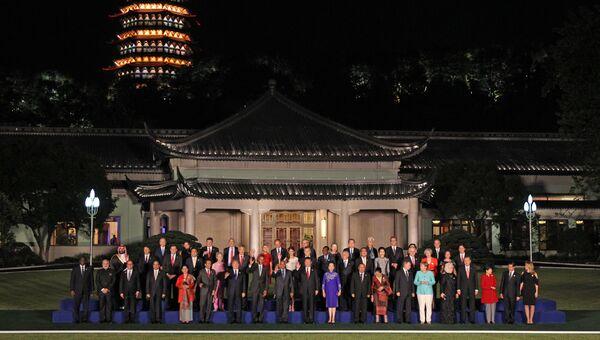 Президент РФ Владимир Путин на совместном фотографировании глав делегаций государств-участников Группы двадцати G20, приглашенных государств и международных организаций с супругами в Ханчжоу. Архивное фото