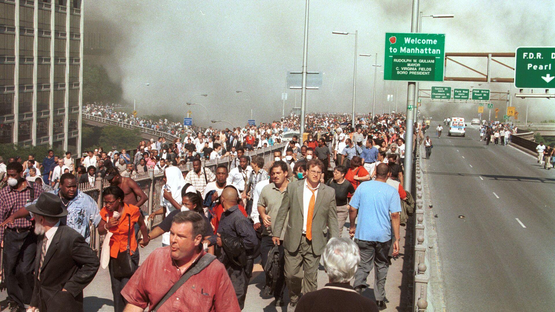 Люди бегут по Бруклинскому мосту после террористической атаки на Всемирный торговый центр в Нью-Йорке. 11 сентября 2001 - РИА Новости, 1920, 06.08.2021