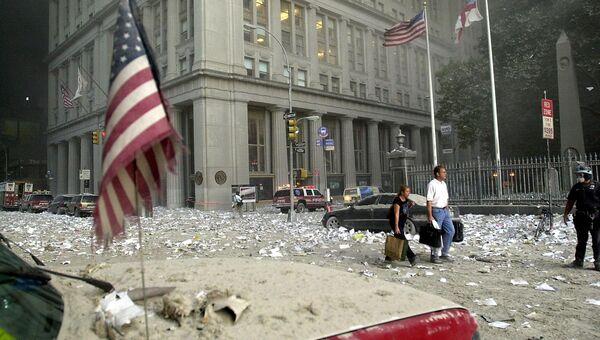 Люди идут среди обломков после разрушения башни Всемирного. Архивное фото
