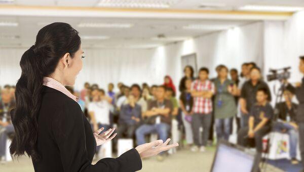 Женщина выступает перед аудиторией