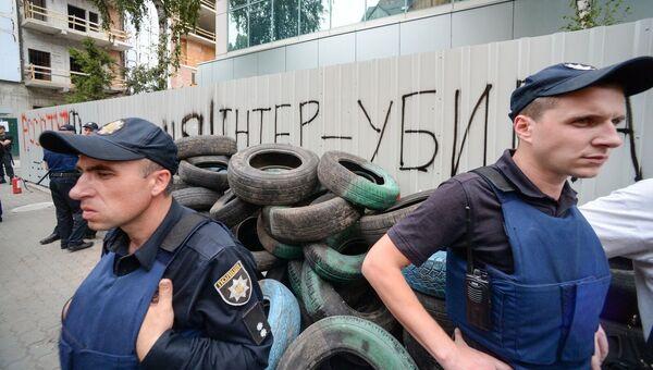 Сотрудники полиции у здания телеканала Интер в Киеве. Архивное фото