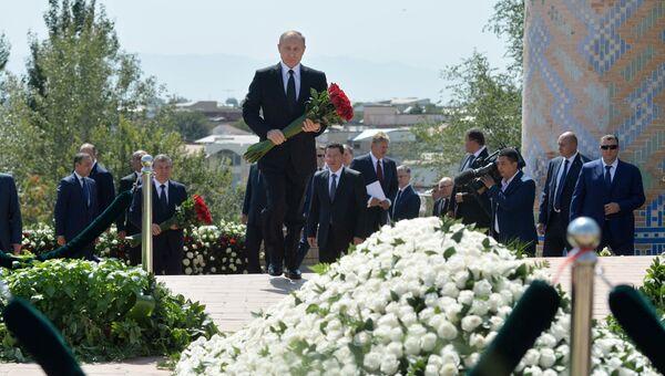 Президент РФ Владимир Путин на церемонии возложения цветов к могиле первого президента Узбекистана Ислама Каримова. 6 сентября 2016