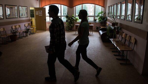 Учащиеся в коридоре школы