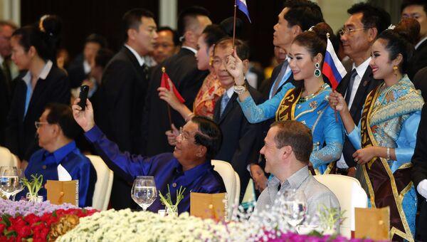 Председатель правительства РФ Дмитрий Медведев (за столом справа) и премьер-министр Королевства Камбоджа Хун Сен (за столом в центре) на 11-м Восточноазиатском саммите (ВАС)
