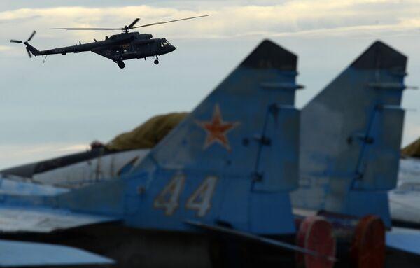 Вертолет Ми-8 принимает участие в авиационном шоу на аэродроме в Кубинке на Международном военно-техническом форуме АРМИЯ-2016