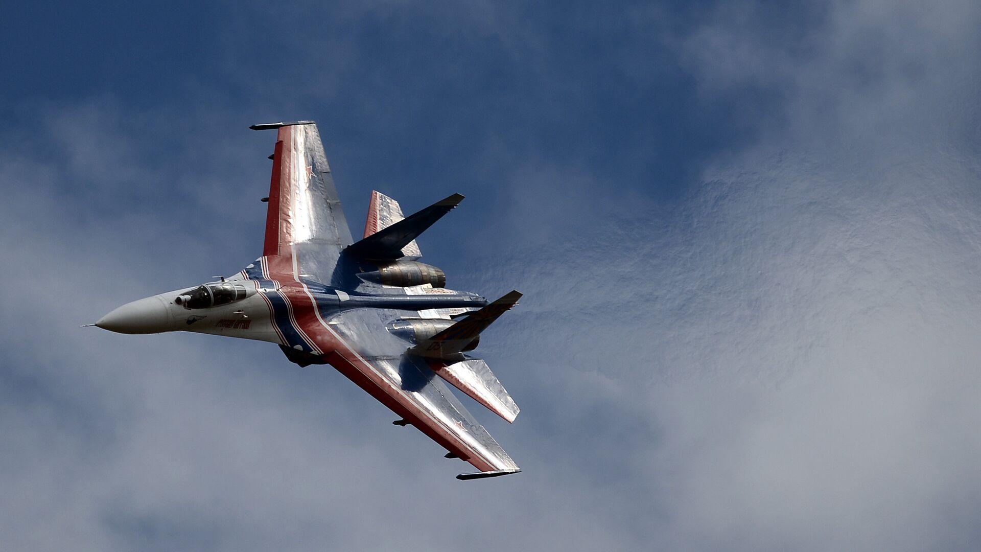 Многоцелевой истребитель Су-27 пилотажной группы Русские Витязи принимает участие в авиационном шоу на аэродроме в Кубинке на Международном военно-техническом форуме АРМИЯ-2016 - РИА Новости, 1920, 30.03.2021