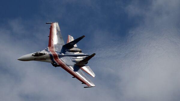 Многоцелевой истребитель Су-27 пилотажной группы Русские Витязи принимает участие в авиационном шоу на аэродроме в Кубинке на Международном военно-техническом форуме АРМИЯ-2016