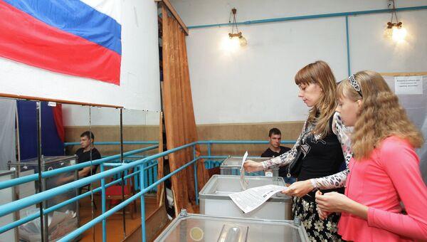 Жители Симферополя на одном из избирательных участков города во время выборов парламента Республики Крым и местных органов власти в рамках всероссийского единого дня голосования