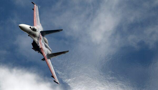 Многоцелевой истребитель Су-27 пилотажной группы Русские Витязи. Архивное фото