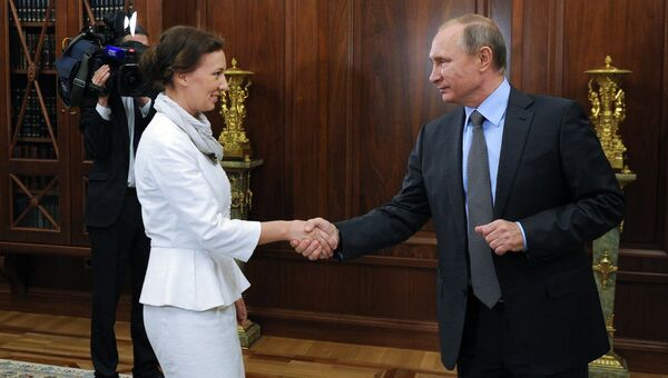 Президент РФ Владимир Путин и Анна Кузнецова, назначенная Уполномоченным при президенте по правам ребенка, во время встречи в Кремле. 9 сентября 2016
