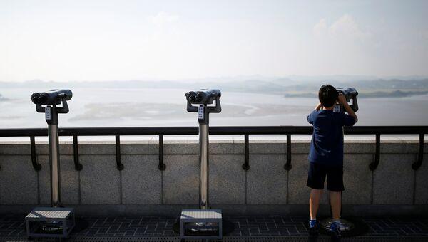 Бинокли на южной стороне демилитаризованной зоны между Южной и Северной Кореей