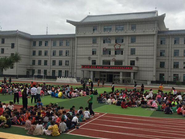 Школьники Яньцзи эвакуированные из-за сообщений о сейсмической активности, Китай