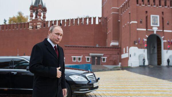Президент России Владимир Путин перед началом церемонии возложения цветов к памятнику Кузьме Минину и Дмитрию Пожарскому на Красной площади