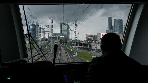 Вид на железнодорожные пути из кабины машиниста электропоезда Ласточка