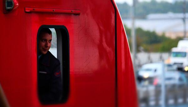 Сотрудник в электропоезде на Московском центральном кольце в Москве