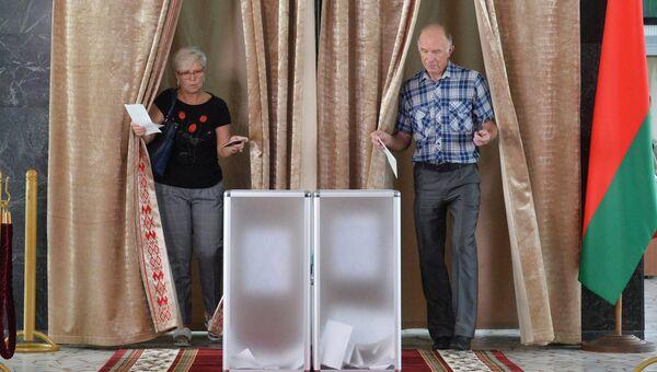 Избиратели голосуют на участке №509 в Минске во время парламентских выборов в Белоруссии. Архивное фото