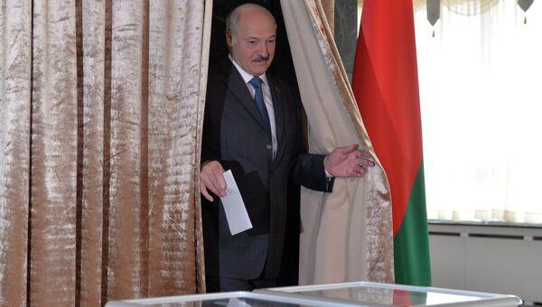 Президент Белоруссии Александр Лукашенко голосует на парламентских выборах в Белоруссии. Архивное фото