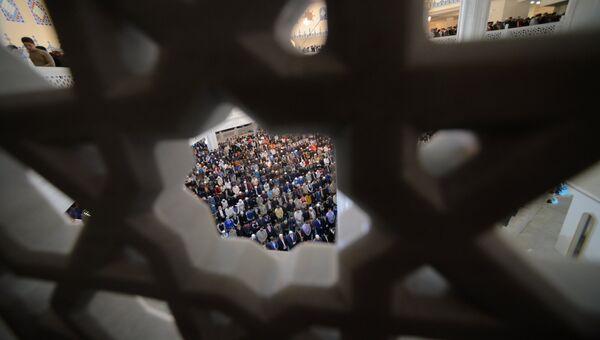 Мусульмане в день праздника жертвоприношения Курбан-Байрам в Московской Соборной мечети. 12 сентября 2016