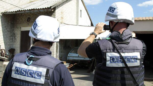 Представители ОБСЕ осматривают повреждения, нанесенные жилому дому в результате обстрела поселка Крутая балка. 11 сентября 2016