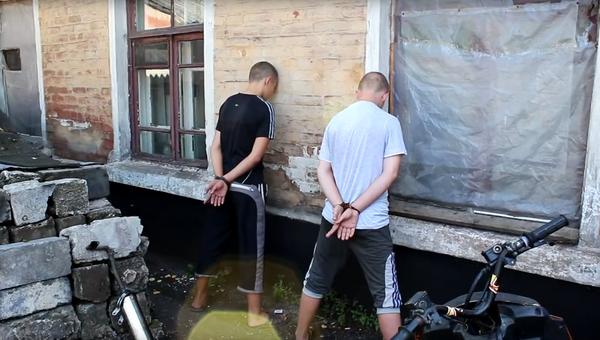 Стоп-кадр с видео задержания подростков-диверсантов в ДНР
