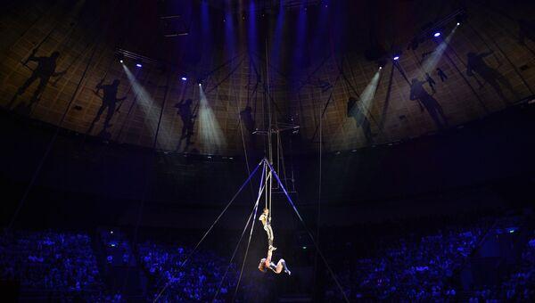 Гимнасты на трапеции. Архивное фото