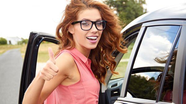 Девушка у автомобиля
