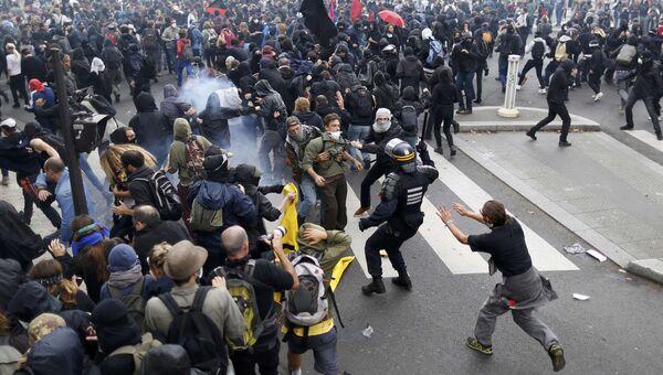 Столкновения демонстрантов с французской полицией во акции протеста против реформы трудового законодательства в Париже