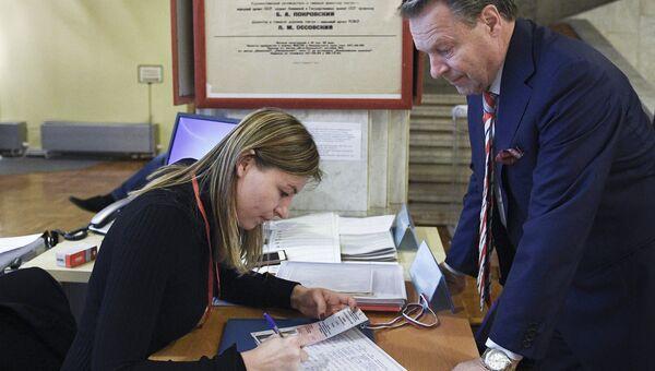Наблюдатели на избирательном участке в Москве. Архивное фото