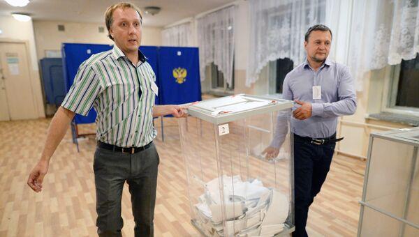 Члены избирательной комиссии во время подсчета голосов на избирательном участке в Новосибирске в единый день голосования