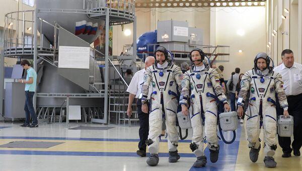 Астронавт НАСА Шейн Кимброу и космонавты Роскосмоса Сергей Рыжиков и Андрей Борисенко (слева направо) в Центре подготовки космонавтов имени Ю.А. Гагарина. Архивное фото